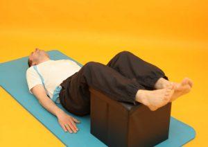 Schmerzen unter Rücken - Stufenlagerung