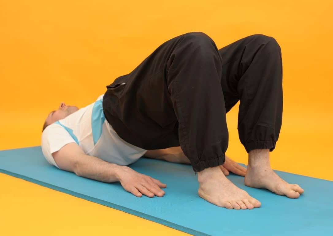Rückenübungen - Rückenbrücke liegend Oberkörper hochgedrückt