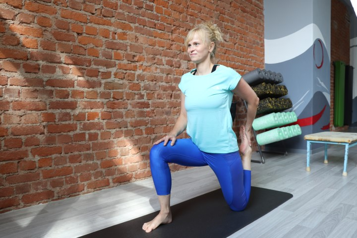 Rückenschmerzen loswerden - Jenny dehnt den Hüftbeuger